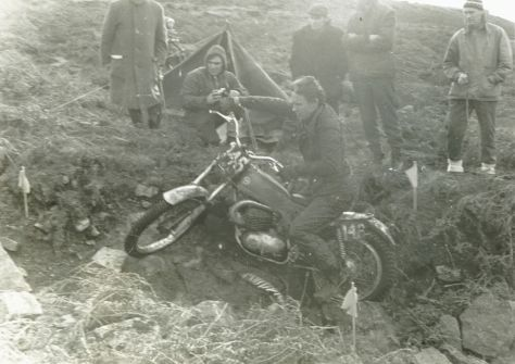 1971 Scott Trial - Rob Edwrads was joint third place. In the bacground with camera is the Doyen of trials photographers, Eric Kitchen.