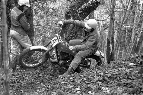 Two Alans - Dommett avoids Hunt's front wheel