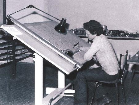 03.04-02 Alessio am Zeichentisch in der Ancilotti Fabrik